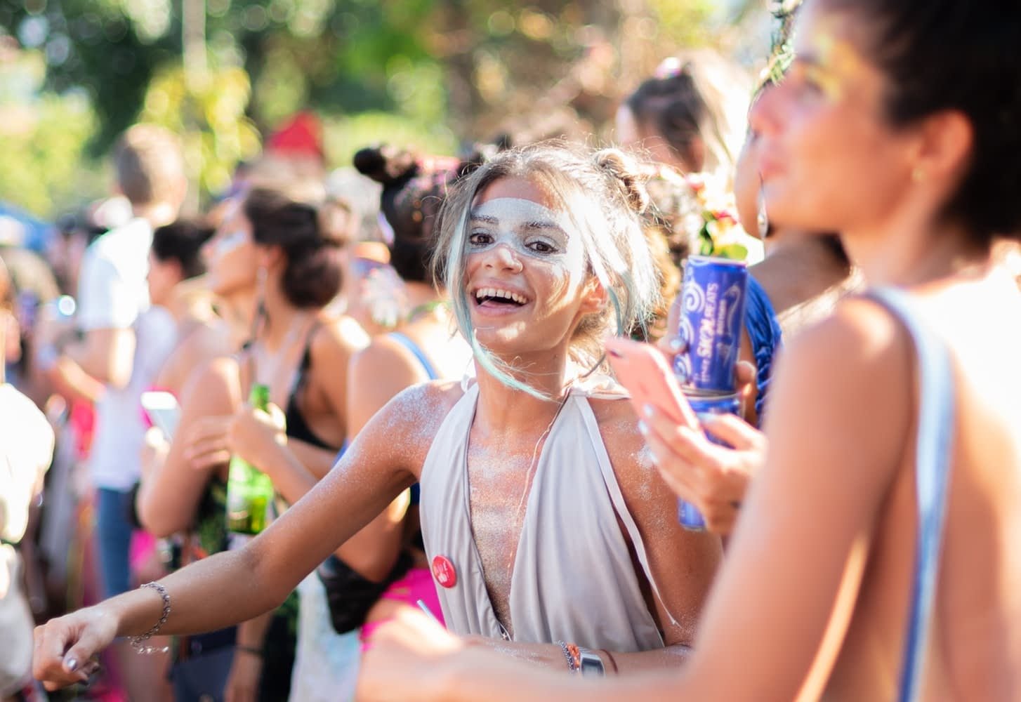 Bloco Rio Carnival - Girls celebrating in Rio Carnival costume